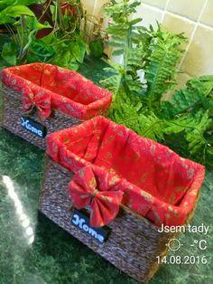 Papírové košíky vytvořené z menších krabiček a špagátu..