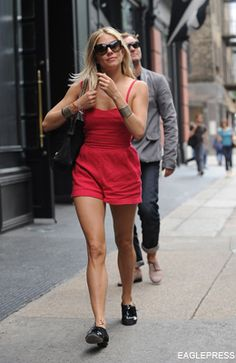 My next target.I want one of those cute and simple red playsuits! Red Playsuit, Sienna Miller Style, Hair Magazine, Playsuits, Jumpsuits, Fashion News, Fashion Trends, Fashion Tips For Women, Celebrity Hairstyles