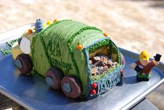garbage truck birthday cake.  Julie Mueller as much as your little guy loves garbage trucks I had to pin this for you!!