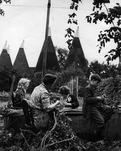 A group of hop pickers at work in front of a some Kent oast houses Old Pictures, Old Photos, Hops Trellis, Those Were The Days, My Childhood Memories, Planet Earth, Vintage Photography, Vintage Images, Agriculture