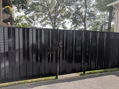 Clôture en panneaux d'acier vertical et peint noir lustré Garage Doors, Outdoor Decor, Room, Furniture, Home Decor, Cluster Pendant Light, Sign, Steel, Bedroom