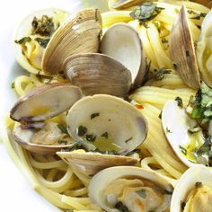 Linguine with clams in a garlicy white sauce - so easy to make!- Linguine with clams in a garlicy white sauce – so easy to make! Dennis – … Linguine with clams in a garlicy white sauce – so easy… - Clam Recipes, Fish Recipes, Seafood Recipes, Great Recipes, Cooking Recipes, Favorite Recipes, Healthy Recipes, Sauce Recipes, Think Food