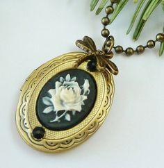 Nostalgische Medaillon Halskette mit Rosen Kamee von Schmucktruhe, €18.50