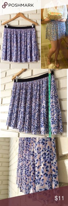 """Floral Skirt Great condition! Approximately 17"""" long. Please let me know if you have any questions or would like more photos! 💁🏻 Divided Skirts"""