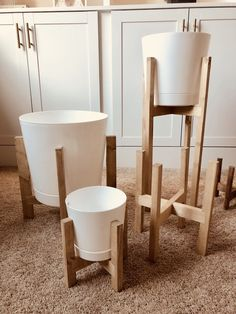 living Easy Build Modern Plant Stand DIY - Paul Tran DIY Landscapes Of Scotland: Glencoe Glencoe's s Diy Projects Cans, Diy Furniture Plans Wood Projects, Home Projects, Woodworking Projects, Building Furniture, Furniture Design, Modern Plant Stand, Wood Plant Stand, Plant Stands