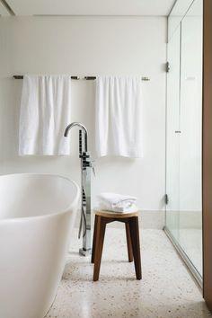 Projeto do escritório a:m studio de arquitetura (Foto Edu Castello / Editora Globo)    Com a junção de umidade, espuma de sabão e argamassa, o lugar onde tomamos banho não se torna, necessariamente, o mais limpo. No entanto, alguns hábitos fáceis e rápidos após o banho podem ser aplicados no dia a dia para manter o seu banheiro sempre higienizado.Como evitar o acúmulo de espuma de sabão: apesar de parecer inofensiva, a espuma do sabão é o principal inimigo de qualquer banheir...