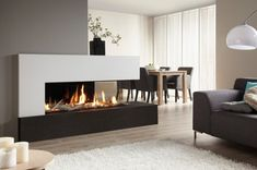 Prachtige moderne haard gecentreerd in een moderne woonkamer | Beautiful modern fireplace in the middle of a living room