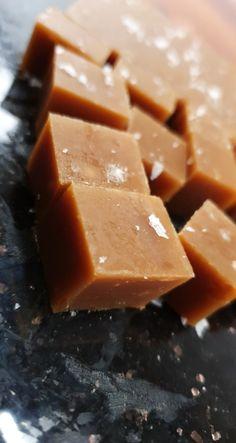 Fløyelsmyke fløtekarameller med et hint av flaksalt Fudge, Squash, Cantaloupe, Keto, Snacks, Chocolate, Baking, Fruit, Desserts