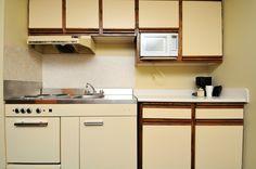 gr ne holzk che mit eleganter beleuchtung und offenen konfrontiert schr nke 5 preiswerte. Black Bedroom Furniture Sets. Home Design Ideas