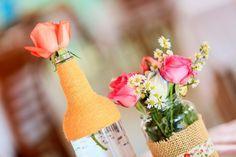 Garrafinhas cheias de água com flores dentro