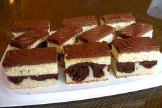 Hrnčekový koláčik s pudingovo tvarohovým krémom s fantastickou polevou z kyslej smotany. Dessert Recipes, Desserts, Tiramisu, Cheesecake, Food And Drink, Cooking, Ethnic Recipes, Basket, Tailgate Desserts