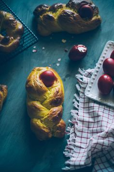 Pumpkin and Cardamom Tsoureki A recipe for a traditional Greek Easter bread gets a little Autumn weather makeover. Tsoureki Recipe, Greek Easter Bread, Savarin, Greek Recipes, Pumpkin, Yummy Food, Fish, Baking, Breads