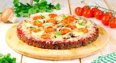 """Para fazer a """"massa"""" da pizza, misture a carne moída com o ovo, aveia, cebola, alho, sal Caldos Low Carb, Tortas Low Carb, Keto Broccoli Cheese Soup, Keto Mug Cake, Keto Snacks, Keto Dinner, Vegetable Pizza, Cheesecake, Dinner Recipes"""