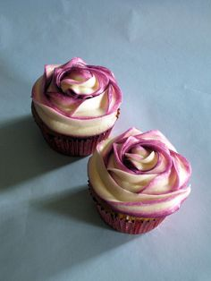 Two Tone Swirl Rose Cupcakes by Caroline'sCreations, via Flickr