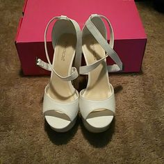 White wedges with a cute design White wedges Shoes