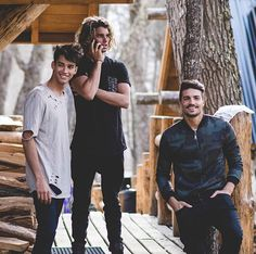 Another backstage shoot of the campaign: Jay Alvarrez is wearing the Pocket Boucle t shirt • Jessey Stevens is wearing the Beige Hole t shirt and Mariano Di Vaio the Bomber Camo Jacket ! Find all the newest products on www.nohowstyle.com ✋ #Benohow #nohow