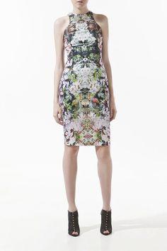 De estampado simétrico de flores, este vestido lápiz es de Zara y cuesta 49,95 euros.