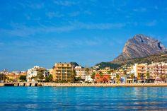 Vista desde el mar de la ciudad de Javea. Disfruta de bonitas fotos y videos de Calpe en nuestro guia de destinos : http://tripkay.com/destination-guides/destino/costas-espanolas/costa-blanca/javea/