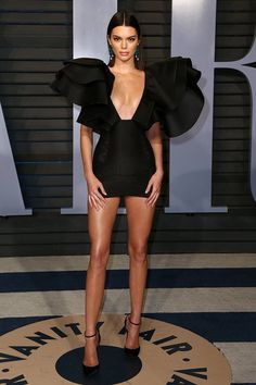 Kendall Jenner from 2018 Vanity Fair Oscars After-Party The stunning model posed on the red carpet in a statement mini dress by Redemption.Kendall Jenner from 2018 Vanity Fair Oscars After-Partyjessie olson messyjessierae Fashion Kendall Jenner from Kendall Jenner Outfits, Kendall Jenner Estilo, Estilo Kardashian, Kendall Jenner Workout, Kendall Jenner Runway, Kylie Jenner Dress, Kendall Jenner Modeling, Rihanna Red Carpet Dresses, Beyonce Red Carpet