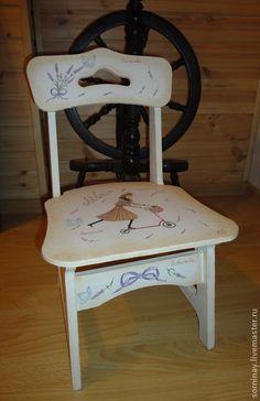 Роспись мебели. Детский деревянный стульчик выполнен в винтажном стиле. Нежный тон стульчика понравится Вашему ребенку. Возможно персонифицированное решение надписей и цвета.