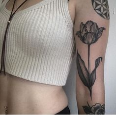 Blackwork style tulip tattoo on the left upper arm by Joseph.- Blackwork style tulip tattoo on the left upper arm by Joseph Bryce - Botanisches Tattoo, Tattoo Blog, Piercing Tattoo, Back Tattoo, Piercings, Tulip Tattoo, Flower Wrist Tattoos, Flower Tattoo Designs, Tattoo Floral