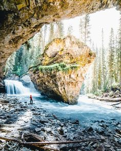 5 places you must see in the national parks Banff and Jasper - outdoor adventure Canada National Parks, Parks Canada, Glacier National Park Canada, Alberta National Parks, Jasper National Park, Over The Rainbow, Cool Places To Visit, Places To Travel, Jet Set