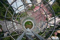 photo vertigineuse de Skywalking, discipline qui consiste à monter le plus haut possible sur des bâtiments (ou grues), sans harnais (et sans mourir) pour prendre quelques photos de là-haut.