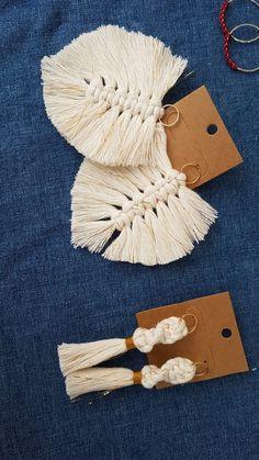 Boucles d'oreilles en macramé. Corde en coton recyclée, couleur écru et doré Macrame Wall Hanging Diy, Wall Hanging Crafts, Macrame Art, Macrame Projects, Crochet Projects, Macrame Earrings, Macrame Jewelry, Diy Earrings, Art Macramé