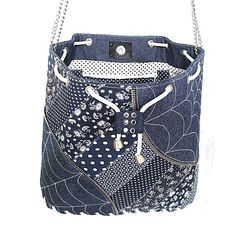 Die Handtasche ist der klassische Jeans, kombiniert mit Baumwollstoffen mit einem Modroplate Muster gefertigt. Es ist komplett verstärkt durch Ronar Fix und der Boden ist auch auf dem Futter verstärkt. Das Futter besteht aus Baumwoll-Stoff mit zwei Taschen, eine lose, aufgeteilt in zwei Teile