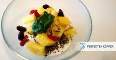 Nachtisch zum Frühstück?? 😍  Es gibt doch nichts leckeres, oder? Diese fruchtige Süßspeise ist ideal für diejenigen, die es zum  Frühstück gerne süß mögen! Griechischer Joghurt, Samen, Beeren und Ananas sorgen für einen gut gelaunten Start in den Tag!! 😊 👌