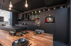 Cuisine noire et bois Mobalpa Home Decor Kitchen, Kitchen Furniture, Kitchen Interior, Living Room Furniture, Black Kitchens, Home Kitchens, Küchen Design, House Design, Interior Design Living Room