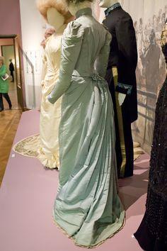 Gemeentemuseum the Hague exhibition on 19th century fashion. Dress of the sister of the bride (Lydia de Kalinowa Zaremba). St. Petersburg, 1891, silk & cotton.