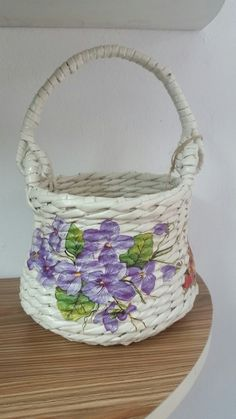 I love baskets gonna do this! Newspaper Basket, Newspaper Crafts, Hobbies And Crafts, Diy And Crafts, Paper Basket Weaving, Toilet Paper Crafts, Paper Furniture, Rope Crafts, Decoupage Art