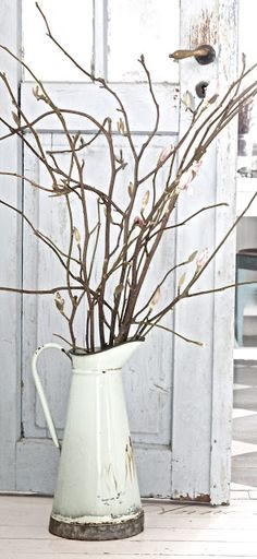 After Christmas (Late Winter) Decor Idea: branches in a white enamel pitcher. Country Decor, Farmhouse Decor, Farmhouse Remodel, Country Charm, Jeanne D'arc Living, Chic Antique, Style Shabby Chic, Deco Nature, Vintage Enamelware