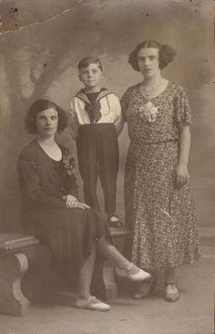 photo carte deux femmes et un jeune garçon mode anonyme vers 1910-1920 fleurs