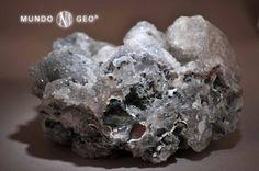 Drusa de cuarzo. El CUARZO es el más difundido de los minerales y muy rico en variedades, que se pueden agrupar en macrocristalinas, con cristales bien definidos a simple vista, y criptocristalinas, formadas por cristales microscópicos.  La forma típica de los cristales de cuarzo es un prisma de sección hexagonal con los extremos piramidales. Es un componente esencial de numerosas rocas magmáticas, metamórficas y sedimentarias.