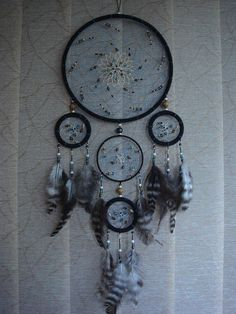 He encontrado este interesante anuncio de Etsy en https://www.etsy.com/mx/listing/246015425/beautiful-feather-dream-catcher-boho