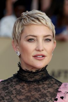 Kate Hudson Pixie - Kate Hudson looked oh-so-cute with her textured pixie at the 2018 SAG Awards.
