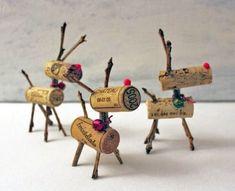 Vanaf nu hoef je wijnkurken niet meer in de vuilnisbak te kieperen. Hou ze bij om enkele schattige rendieren te maken voor in de kerstboom of op de feesttafel. Maak met een hobbymes kleine gaatjes op de plek waar de poten, de staart, de nek en het gewei moet komen en priem er vervolgens dunne takjes in. Werk af met een rood bolletje (hobbywinkel) als neus en een klein strikje. Aan de rendieren voor in de kerstboom kan je een onzichtbaar touwtje hangen. (Nieuwsblad)