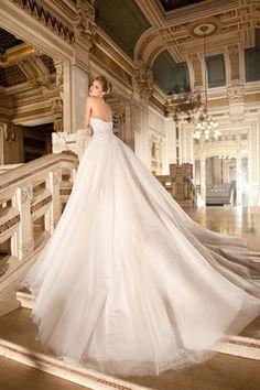Demetrios 574, collectie 2015 Een weergaloos rijk versierde trouwjurk. Het lijfje met sweetheart decolleté en het bovenste deel van de rok zijn… - Dream Wedding #romantic #bridal #white #wedding #dress #dresses #gowns #bride #women #ladies #fashion #elegant #beauty #couture #high_heels #train #veil #mermaid #sleeves #vintage #jaglady #tulle #lace #photography