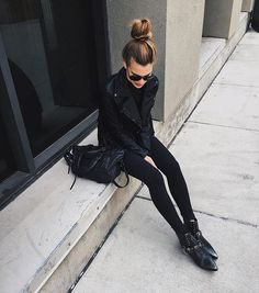 all black outfit - ankle boots, black satchel, leather moto jacket, and black sunglasses just how we likeit Looks Street Style, Looks Style, Style Me, Fall Outfits, Cute Outfits, Hipster Outfits, Rock Chic Outfits, Fashionable Outfits, Look Girl