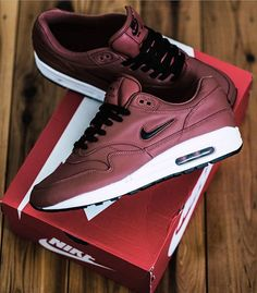 - How would you rate these 1-10? By @vrs_0ne Click the link in our bio to shop these. Make sure to follow @getswooshed. Nike Trainers, Mens Trainers, Best Sneakers, Nike Sneakers, Nike Air Max Jordan, Men's Shoes, Nike Shoes, Air Max 1, Nike Running