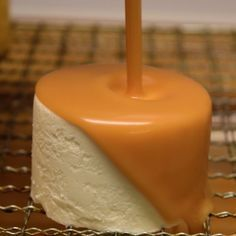 The glaze is the first thing you taste when you eat a cake. Fortunately, this salted caramel glacage packs a lot of flavor to make a great first impression on the taste buds. Start by making a caramel and add the liquid and thickening ingredients to form Glaze For Cake, Mirror Glaze Cake, Mirror Cakes, Colored Mirror Glaze Recipe, Fancy Desserts, Just Desserts, Food Cakes, Cupcake Cakes, Bundt Cakes