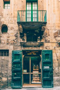 This quick food guide to Valletta & Malta helps you to navigate through the many cafes and restaurants on this beautiful island in the Mediterranean Sea Malta Restaurant, Instagram Worthy, Mediterranean Sea, Beautiful Islands, Quick Meals, Places To Go, Black White, Architecture, Food