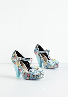 Vintage Wedding Style in Plus Sizes - Boogie Woogie Sweet Heel Fancy Shoes, Pretty Shoes, Crazy Shoes, Blue Shoes, Beautiful Shoes, Me Too Shoes, T Strap Heels, Strappy Shoes, Moda Vintage