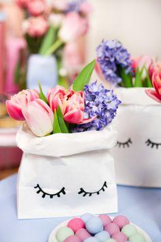 DIY Frühlingsdeko selber machen - 2 kreative Dekoideen inspiriert von Tchibo! Hier findest du zwei tolle DIY Ideen für hübsche Frühlingsdeko – ob Kissen mit selbstgemachten Pompoms oder einer DIY Blumenvase, der Frühling kann kommen! Klicke hier, um zu allen DIY Frühlings-Deko-Ideen zu gelangen und sie direkt nachzubasteln!