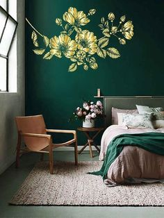 bedroom wall decor tips and guide Emerald Green Bedrooms, Green Rooms, Emerald Bedroom, Green Bedroom Decor, Bedroom Colors, Green Bedroom Walls, Floral Bedroom, Large Bedroom, Design Bedroom