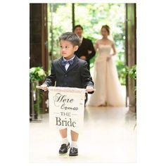 お父さまとの入場を導いてくれたのは、ご新婦さまのかわいい甥っ子君。 フラッグボーイをつとめてくれました。 彼が手に持っているフラッグは、ご新婦さまのDIY!