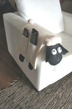 Resultado de imagem para porta controle remoto em feltro molde by lynn - Nähen - Diy Home Crafts, Felt Crafts, Fabric Crafts, Sewing Crafts, Creative Crafts, Diy Para A Casa, Remote Holder, Craft Projects, Sewing Projects