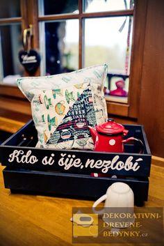 Dekorativní dřevěná bedýnka s barevným nápisem v černobílé kombinaci #drevenabedynka #bedynkazedreva #bedynkasnapisem #dekoraceinterieru #uloznyprostor #inspirace Throw Pillows, Toss Pillows, Cushions, Decorative Pillows, Decor Pillows, Scatter Cushions